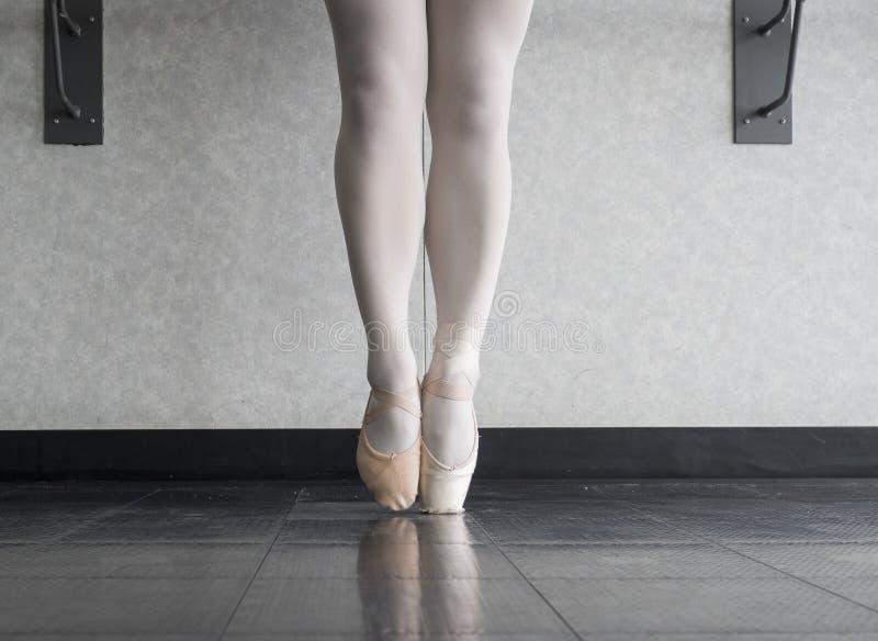 Crescendo acima o dançarino de bailado fotografia de stock royalty free