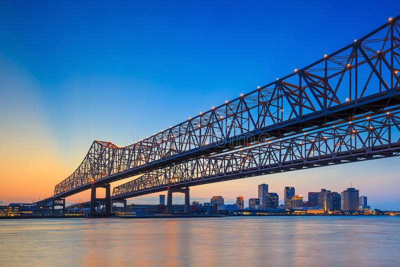 Crescent City Connection Bridge auf dem Fluss Mississipi lizenzfreies stockbild
