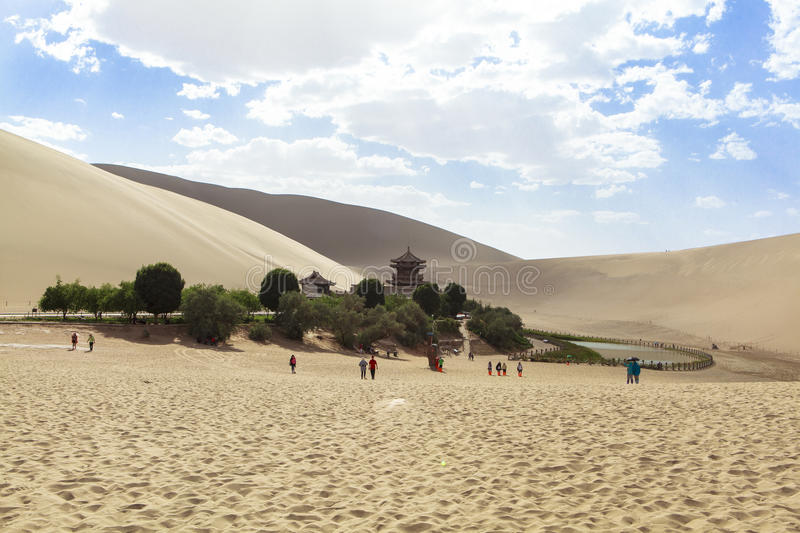 Crescent Lake em Dunhuang, China foto de stock