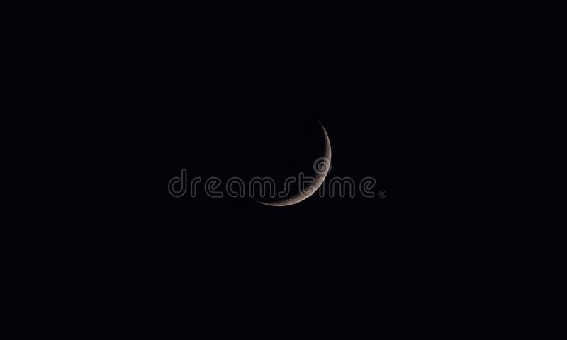 Crescent Moon eller ny måne i mörka dunkla afton-Indien royaltyfria bilder