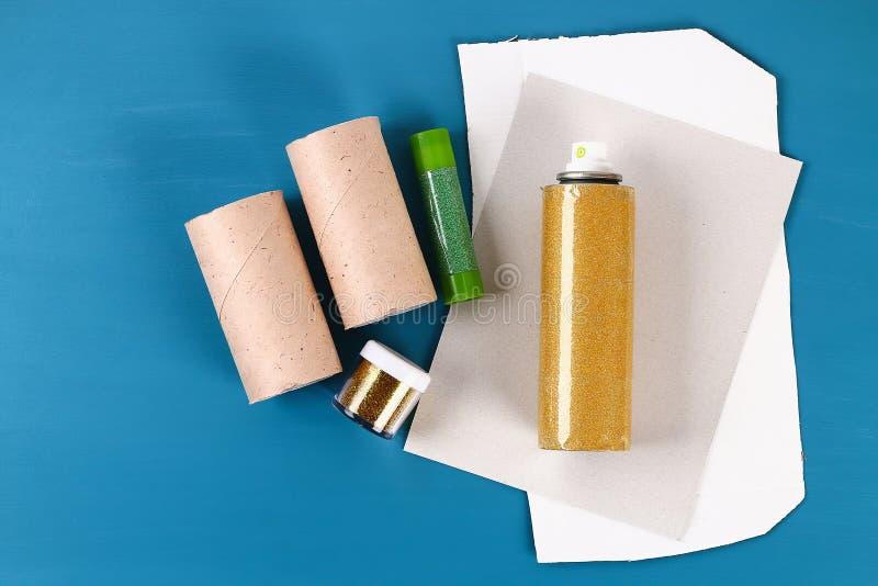 Crescente com de cartão, brilho do kareem da ramadã de Diy do ouro, luvas do rolo de toalete foto de stock royalty free