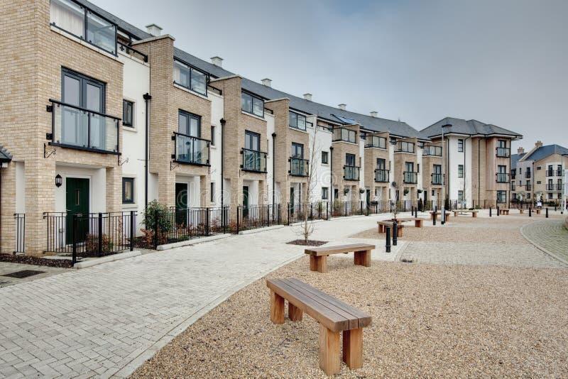 Crescente moderno dos townhouses e dos apartamentos fotografia de stock