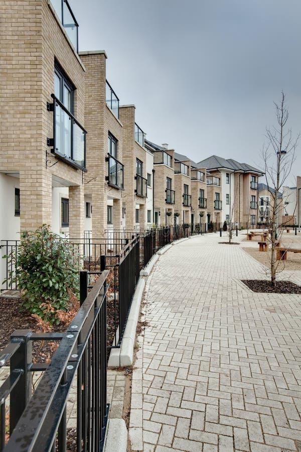 Crescente moderno dos townhouses e dos apartamentos imagens de stock