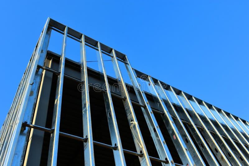 Crescimento ascendente da construção comercial da armação de aço nova imagens de stock royalty free