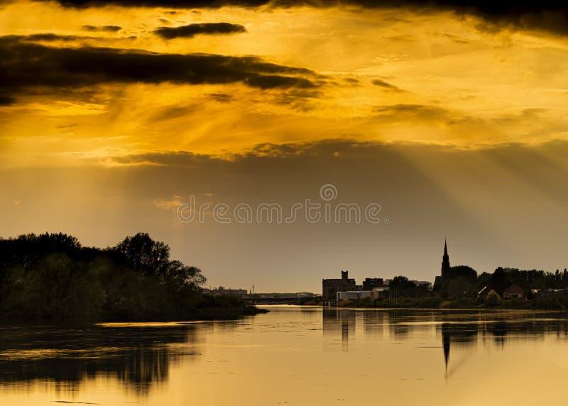 Crescimento, Bélgica: Por do sol de Beuatiful sobre o rio Rupel imagem de stock royalty free