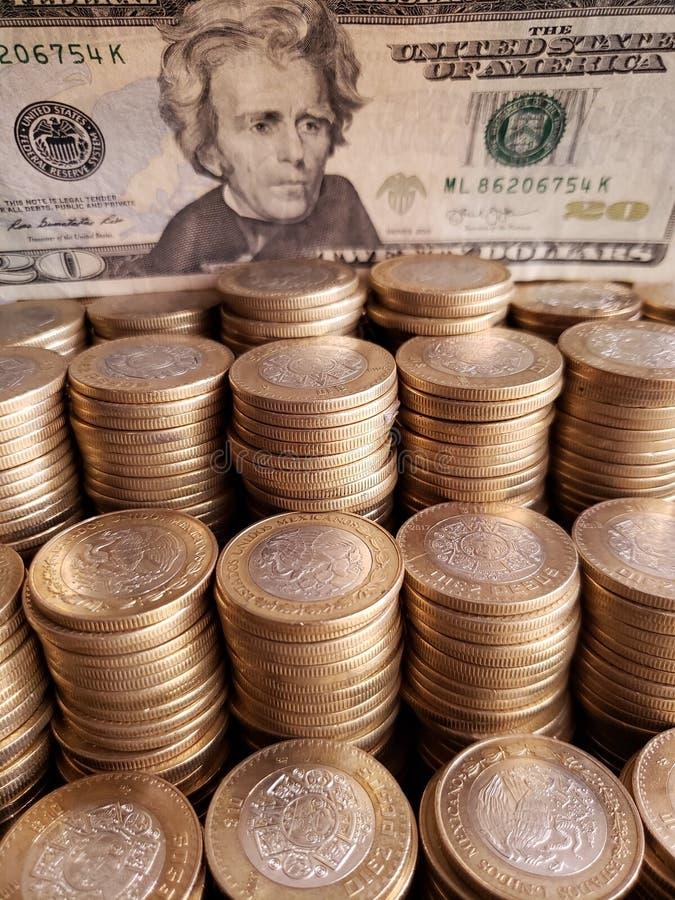 crescimento e troca econômica, moedas mexicanas empilhadas e cédula americana de vinte dólares fotos de stock royalty free