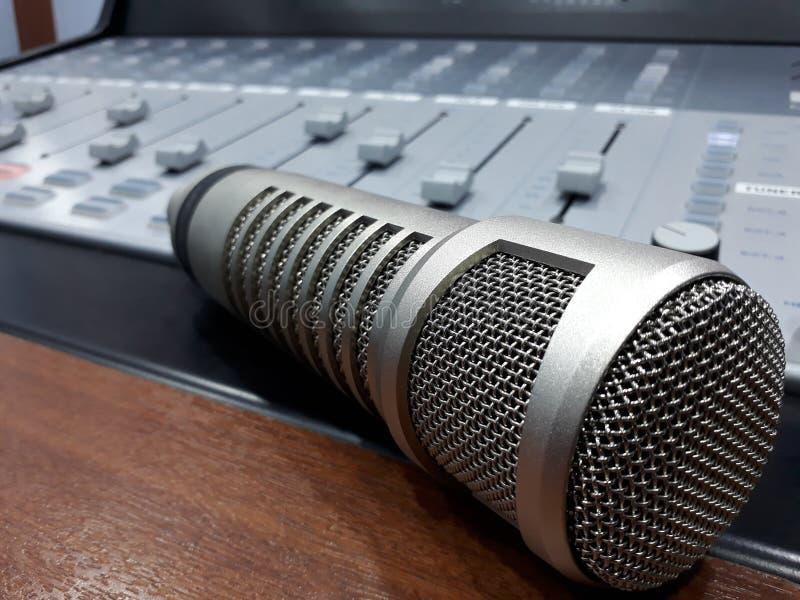 Crescimento mic do estúdio e misturador do console imagens de stock royalty free