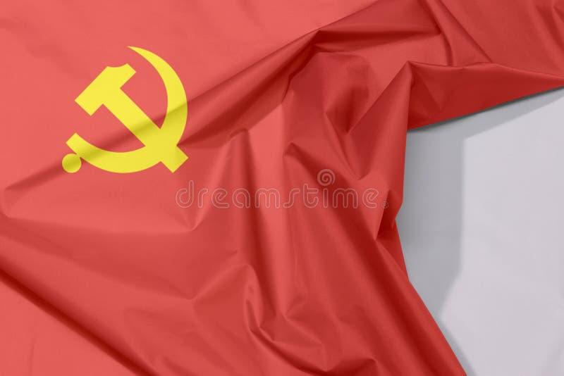 Crespón y pliegue de la bandera del Partido Comunista Chino de la tela con el espacio blanco imagenes de archivo