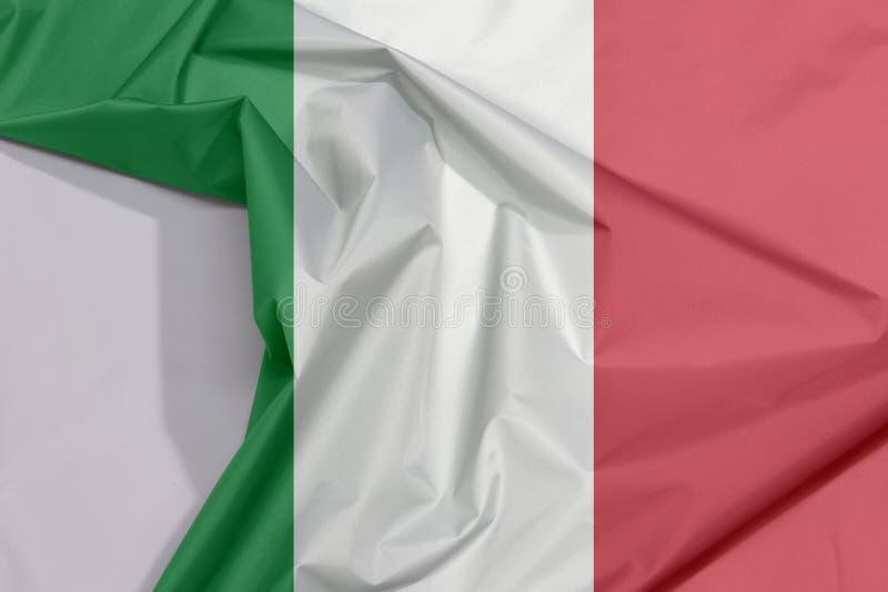 Crespón y pliegue de la bandera de la tela de Italia con el espacio blanco imagen de archivo libre de regalías