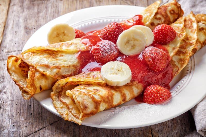 Crespones con las fresas y el plátano imagen de archivo libre de regalías