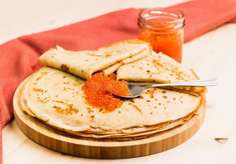 Crespones hechos en casa frescos con el caviar rojo imagen de archivo libre de regalías