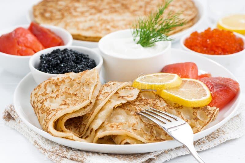 Crespones rusos tradicionales con el caviar y los pescados salados, primer fotos de archivo