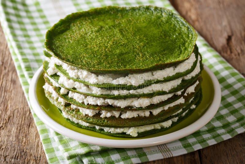 Crespones verdes de la espinaca con el primer del requesón en una placa Ho foto de archivo libre de regalías