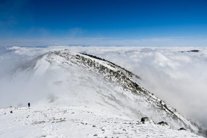 Cresta della montagna e mare delle nuvole; le cime del supporto San Gorgonio e del supporto San Jacinto nei precedenti; viandante immagine stock libera da diritti