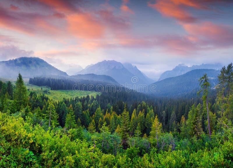 Cresta Di Enghe bergketen in de ochtendmist royalty-vrije stock afbeeldingen