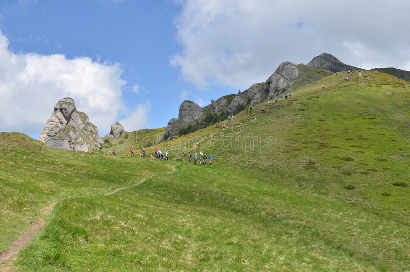 Cresta e viandanti della montagna fotografia stock
