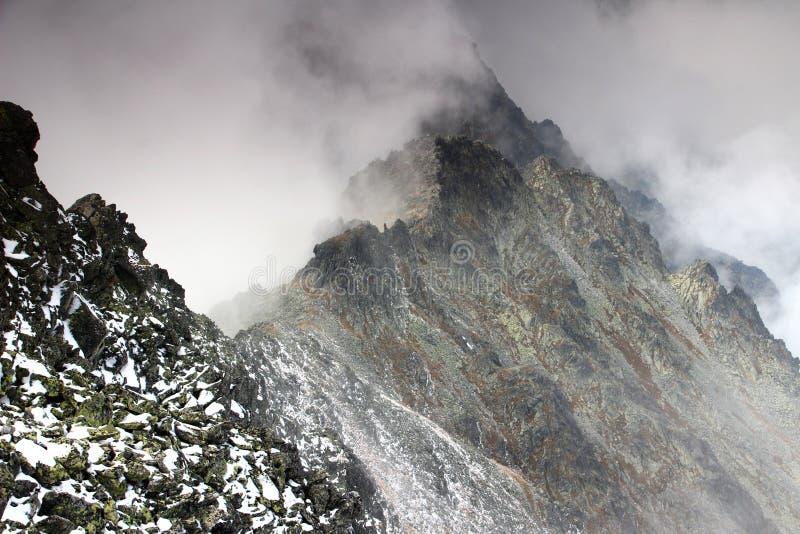 Cresta in nuvole, picco di Slavkovsky, alto Tatras dello spigolo fotografia stock libera da diritti