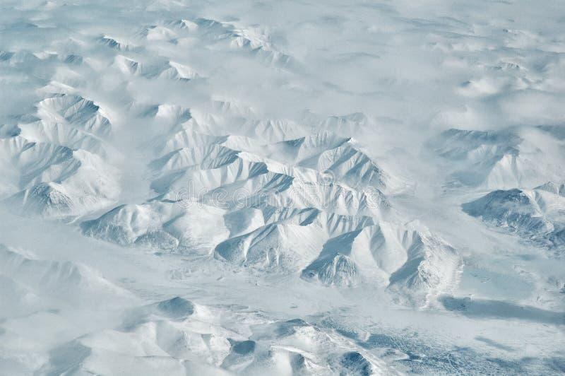 Creste artiche della montagna di Snowy e paesaggio aereo scenico di River Valley il giorno di inverno soleggiato fotografia stock