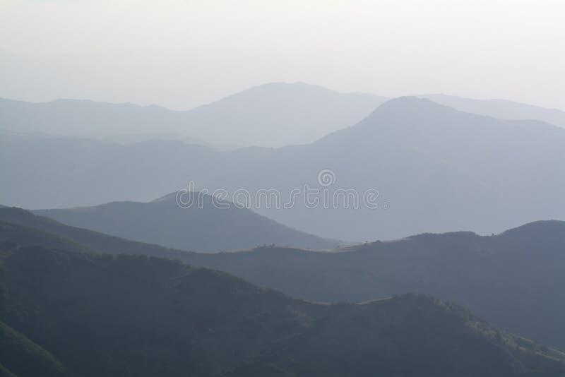 Creste fumose della montagna fotografia stock libera da diritti
