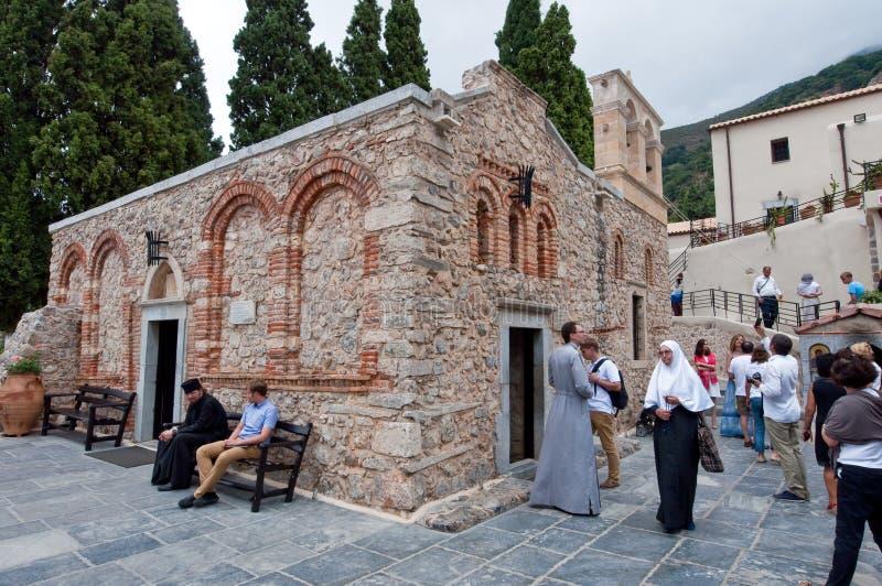 CRETA 20 DE JULIO: Peregrinos en el monasterio de Kera Kardiotissa en la isla de Creta en julio 20,2014 en Grecia imágenes de archivo libres de regalías