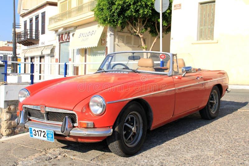 Creta, Grécia: carro vermelho do vintage no dia de verão O carro retro velho clássico está perto do mar Conceito de f?rias de ver foto de stock royalty free