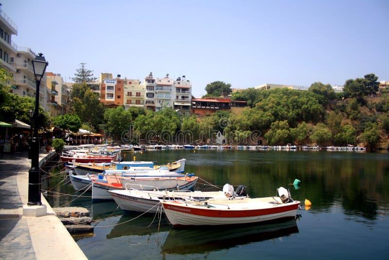 Creta, Grécia - 21 de maio: Grécia, Creta Lago Vulismeni no centro de Agios Nikolaos com barcos de motor fotografia de stock royalty free