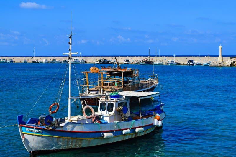 Creta, Grécia, o 27 de junho de 2015: Barco grego tradicional em um porto pequeno fotografia de stock royalty free