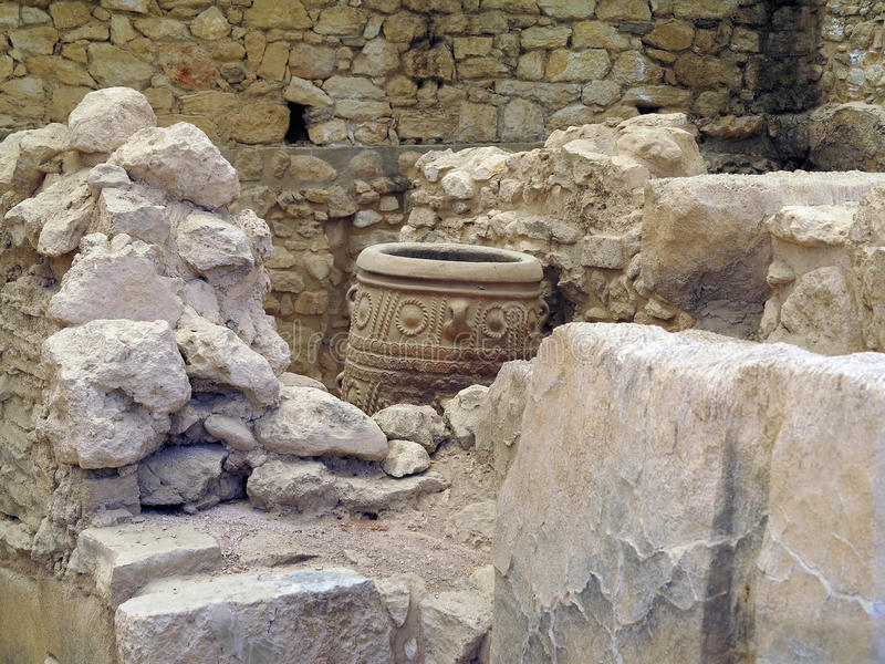 19 06 2015, CRETA, GRECIA Arqueólogo que excava en r antiguo foto de archivo