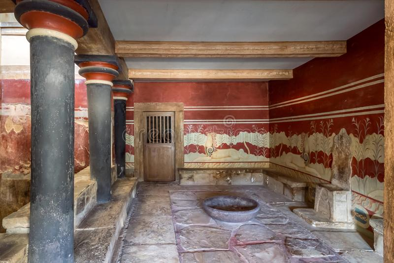 Creta, Grecia - enero de 2016 Palacio de Minoan de Knossos El cuarto del trono imagen de archivo