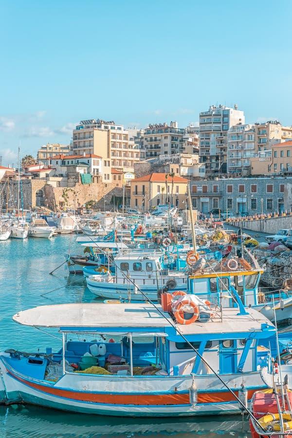 Creta, Grecia - febrero, 11, 2019: Barcos y yates en el puerto en el fondo de la ciudad de Heraklion Grecia foto de archivo
