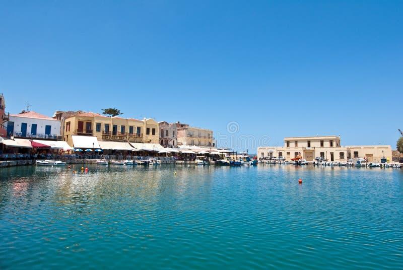 CRETA, RETHYMNO- 23 DE JULIO: Vista del puerto viejo en julio 23,2014 en Rethymno, isla de Creta, Grecia foto de archivo