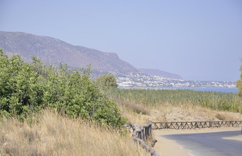 Cretan landskapsikt på den Malia semesterorten från Kretaön i Grekland royaltyfri foto