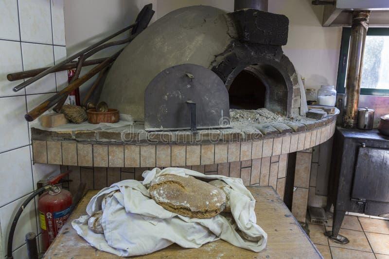 Cretan tradicional que cocina sobre un fuego de madera en Creta Grecia fotos de archivo