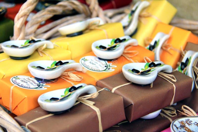 Crete, Grecja - august 2013: typowe greckie pamiątki na turystycznym ulicznym rynku, craftwork i handmade prezentach, zdjęcia royalty free