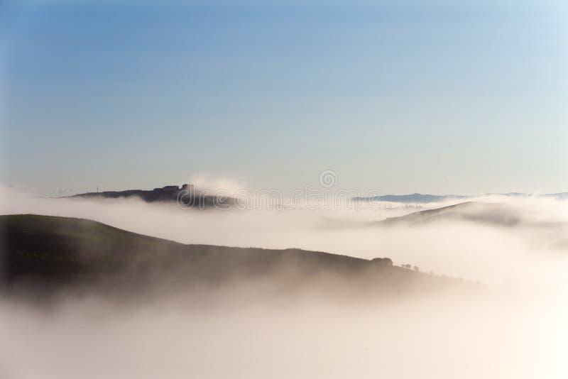 Crete Senesi krajobraz w Tuscany, Włochy na mgłowym świcie obraz royalty free