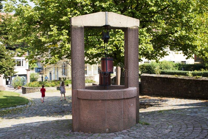 Creusé classique puits d'eau au jardin extérieur à la ville de Ladenburg photographie stock libre de droits