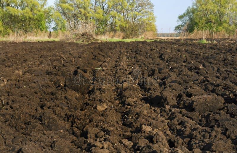 A creusé la terre dans le jardin dans le village image stock