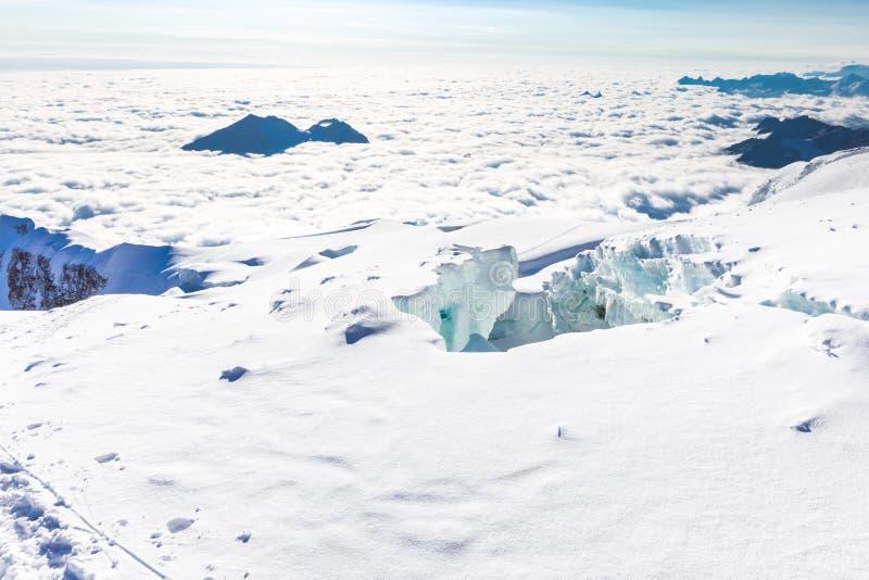 Crevasses gór szczyty chmurnieją Huayna Potosi, Boliwia podróż zdjęcia stock