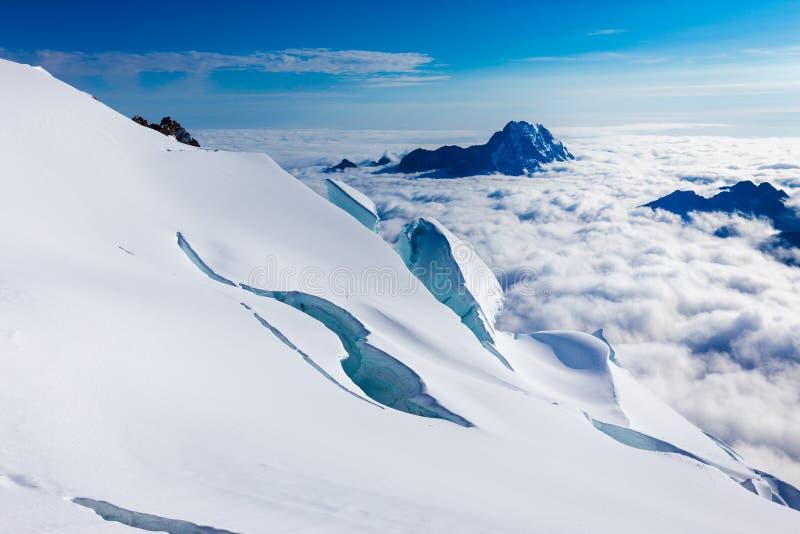 Crevasses gór szczyty chmurnieją Huayna Potosi, Boliwia turystyka zdjęcia stock