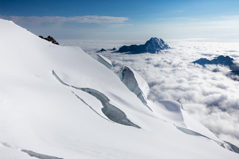 Crevasses gór szczyty chmurnieją Huayna Potosi, Boliwia turystyka fotografia royalty free