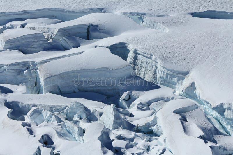 Crevasses z widocznymi warstwami lód obrazy stock