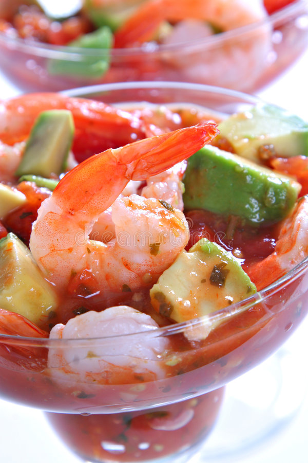 Crevette avec de la sauce à Salsa d'avocat photographie stock
