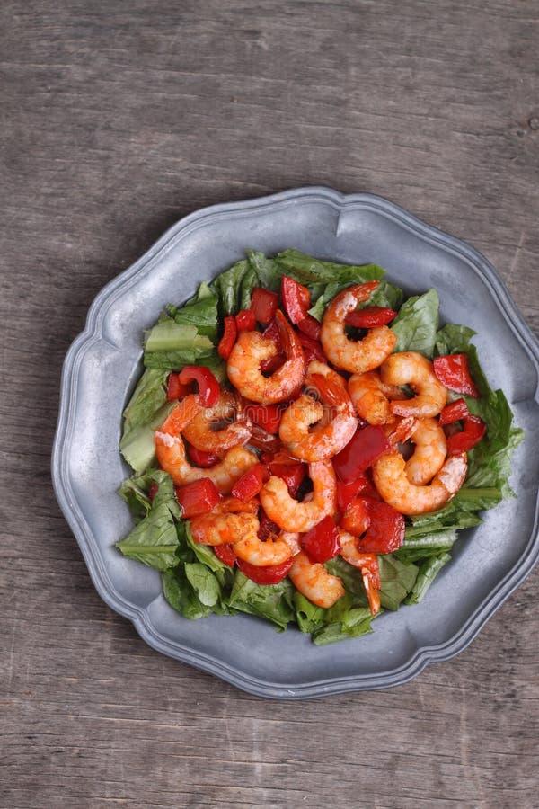 Crevette bouillie avec le poivron rouge et la salade photos stock