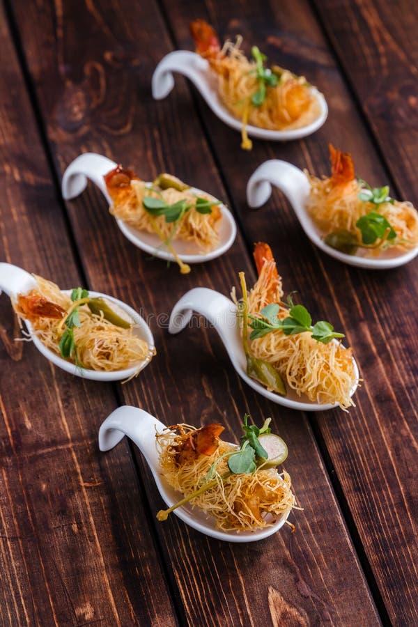 Crevette croustillante en croûte et thym de Kataifi sur un fond boisé Vue sup?rieure photographie stock