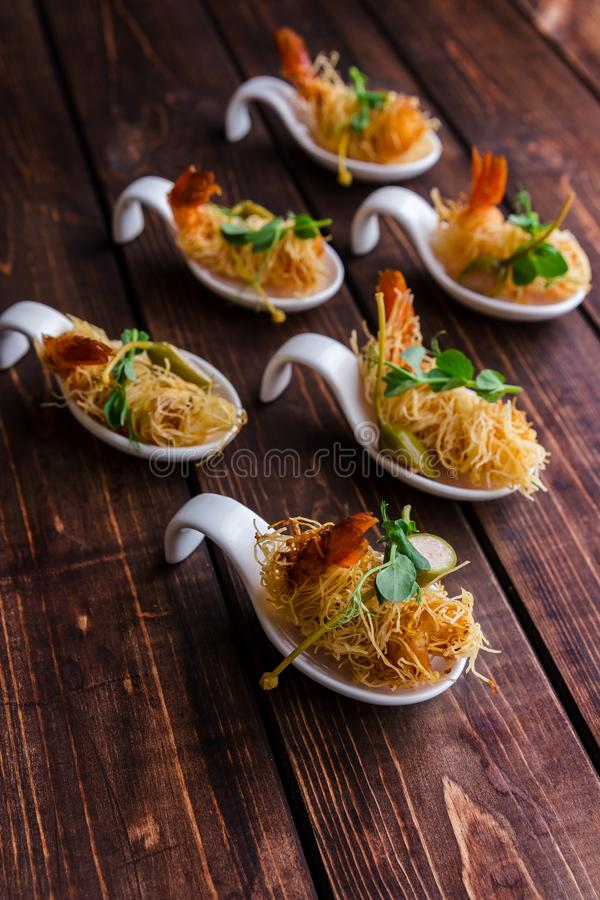Crevette croustillante en croûte et thym de Kataifi sur un fond boisé Vue sup?rieure photos libres de droits