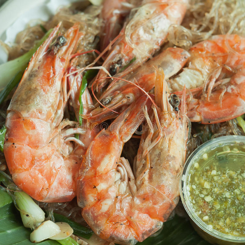 Crevette cuite au four avec de la sauce à vermicellis et à fruits de mer image libre de droits