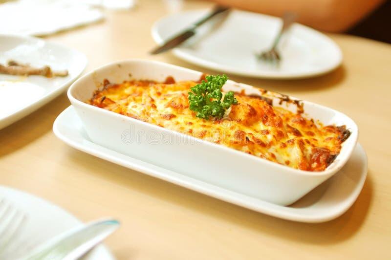 Crevette de fromage cuite au four de spaghetti photos stock