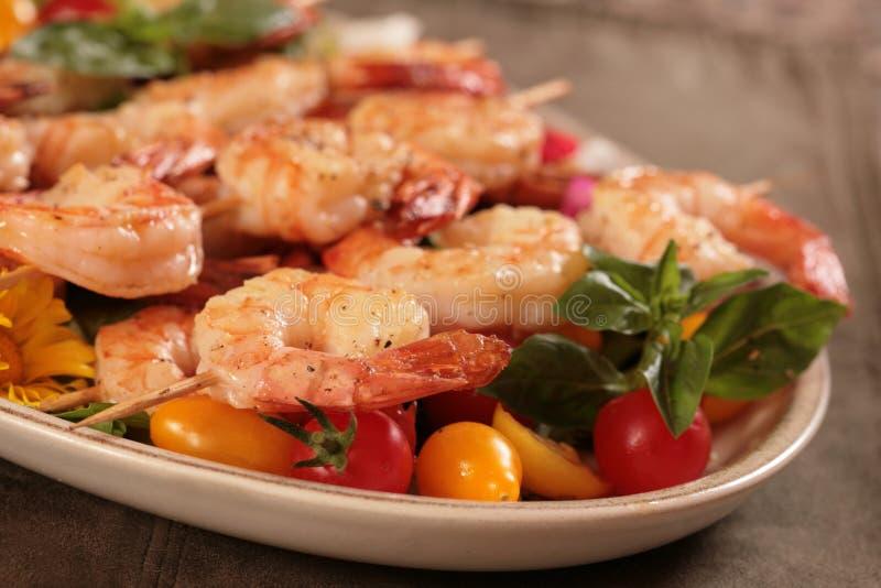 Crevette embrochée avec les tomates et la menthe photographie stock libre de droits