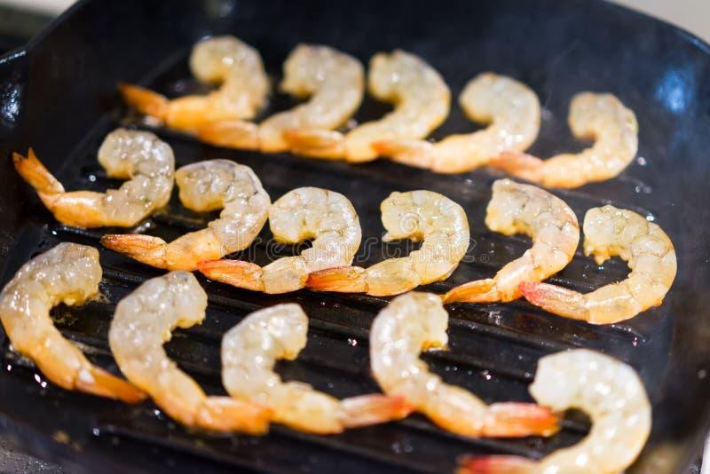 Crevette fraîche frite dans un plan rapproché de poêle images stock