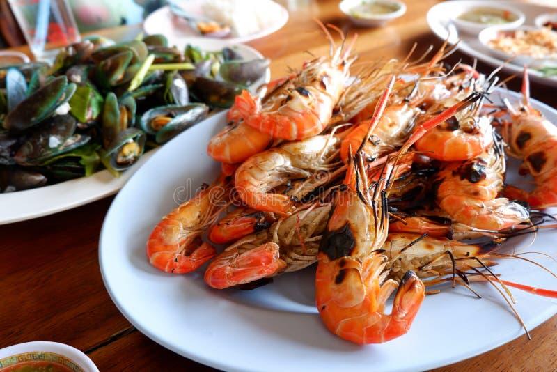Crevette grillée avec de la sauce épicée, fruits de mer photos libres de droits